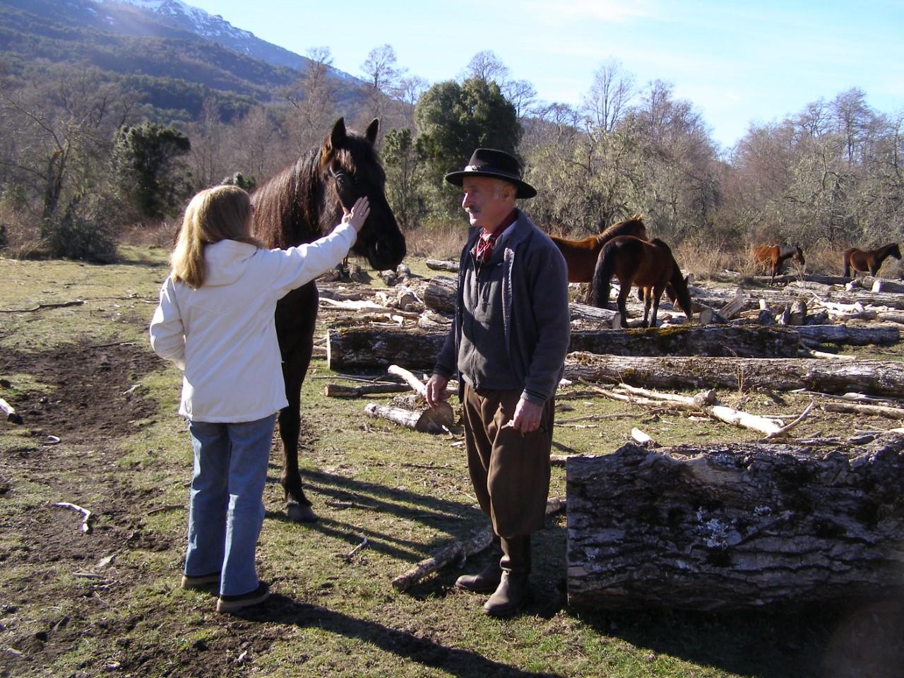 teodora-y-diogenes-acariciando-el-caballo