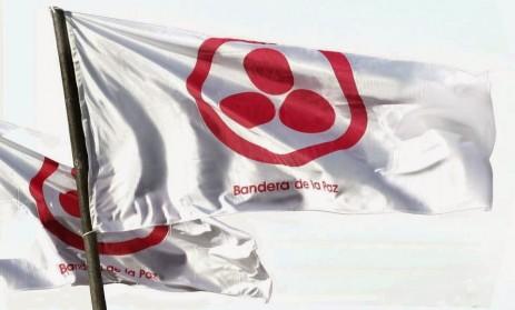 bandera de la paz flameando