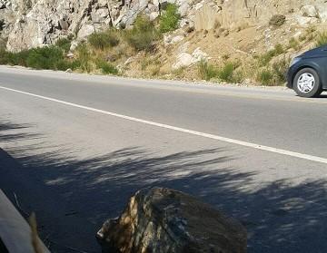 piedra con auto