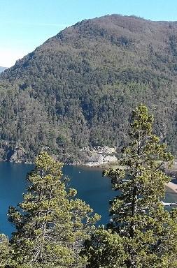 panoramica con lago y pueblo