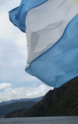 bandera frente al lago lacar muy buena